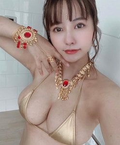 ヴァネッサ・パン「宝石よりも輝くゴージャス乳」ハミ出し注意のパツパツ水着の画像