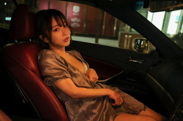 """""""コス美女""""いくみ「車内で色っぽく脱衣」初写真集で大胆に…【画像3枚】の画像"""