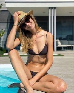 ヴァネッサ・アクセンテ「身長180cmの超モデル体型!」ビキニで夏を満喫【画像2枚】の画像