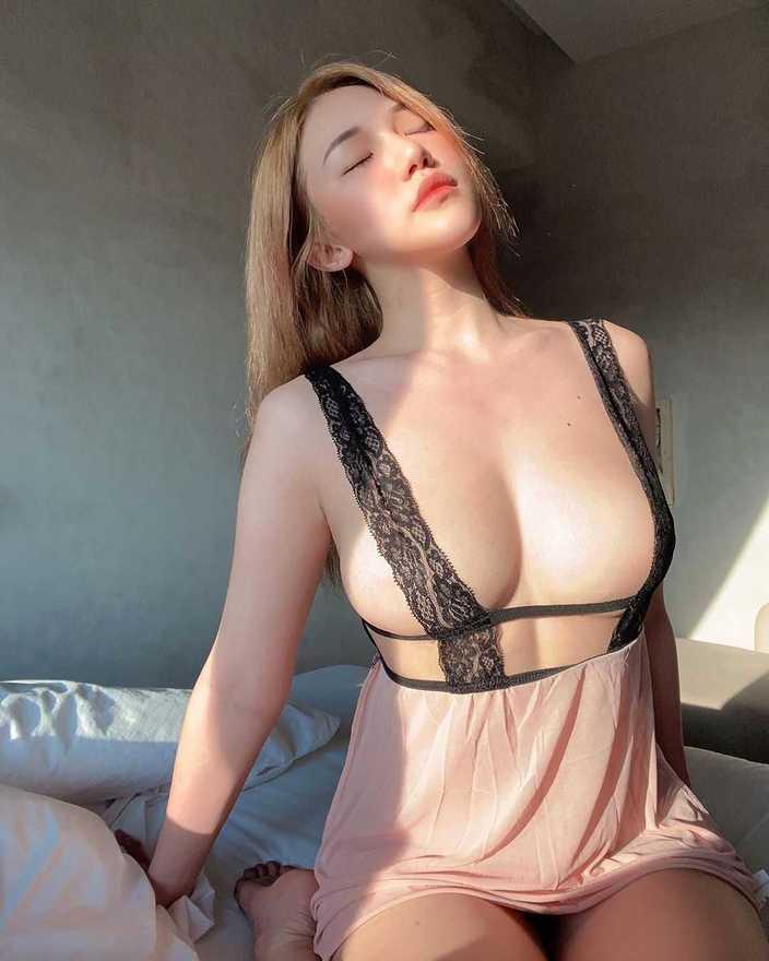 シュー・プーイー・イー「サスペンダーでギリギリ!」夕日に輝く美胸に感嘆の画像