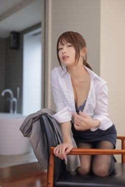 """コス美女・いくみ「""""えちえち""""OLとホテルで一夜」シャツとタイツを脱ぎ始めて…【画像4枚】の画像"""