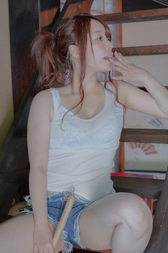 アラサー美女・椎名煌「メガネメイドと透けシャツ娘」究極の二択を投稿【画像2枚】の画像