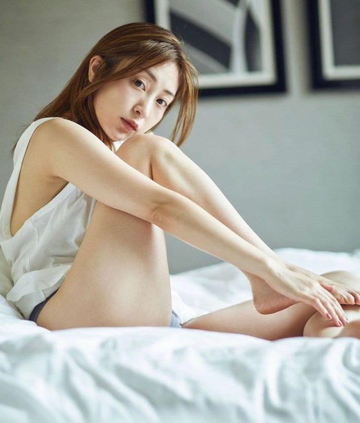 """レジェンド・辰巳奈都子「下着姿で""""おはよう""""」太ももが艶っぽい!の画像"""