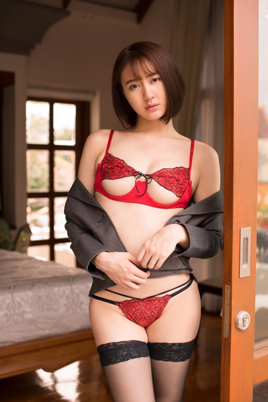 依東杏奈「限界ギリギリ」過激なハイレグ水着がお気にいり【写真17枚】の画像001