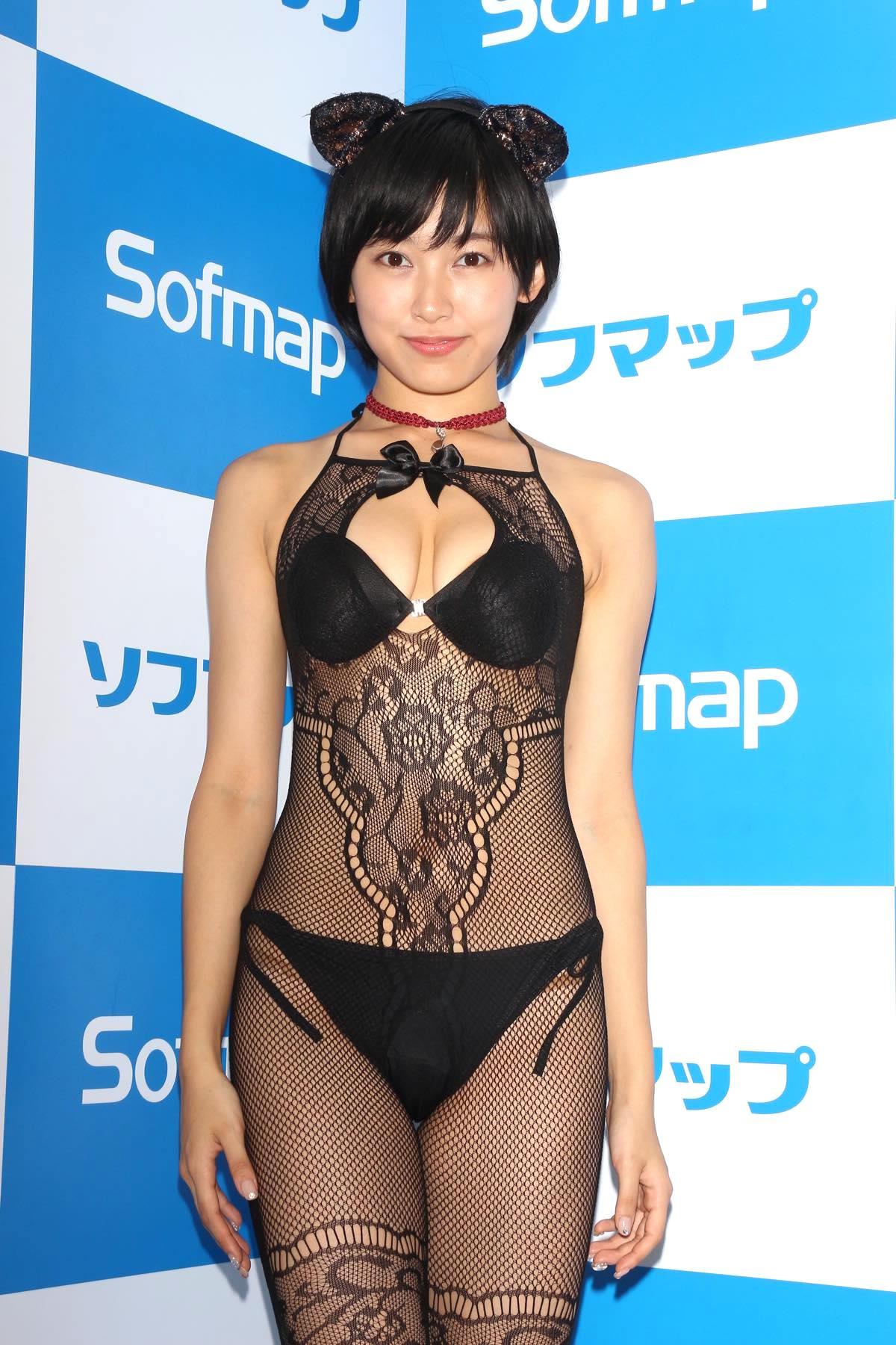 咲村良子「通行人から見えたかも?」屋外でY字ポーズ【写真29枚】の画像004