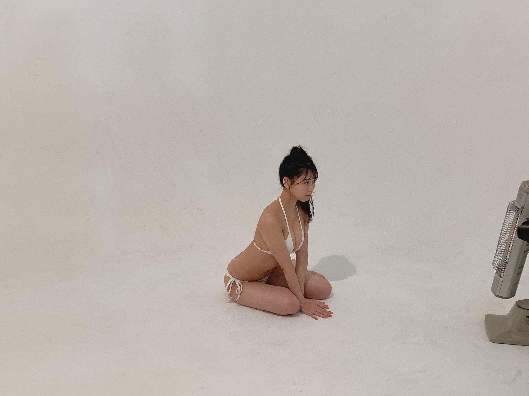 NMB48安田桃寧「美スタイルが映える白ビキニ…」水着グラビア撮影中のオフショットを公開【画像2枚】の画像002