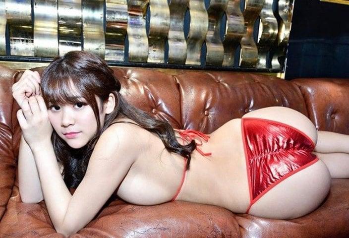 高杉杏「真ん丸なマッスル尻」チラリと覗くヨコ乳も一級品の画像