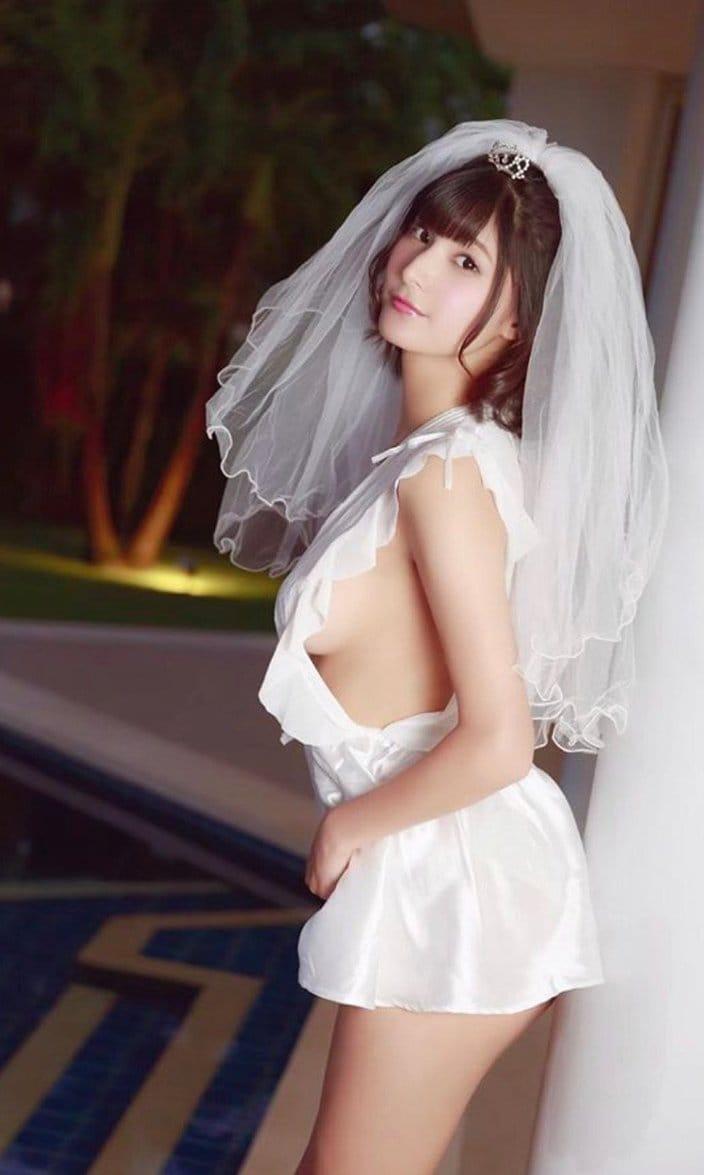 彩川ひなの「横乳がセクシーすぎる花嫁」過激なウェディングドレスで求愛の画像