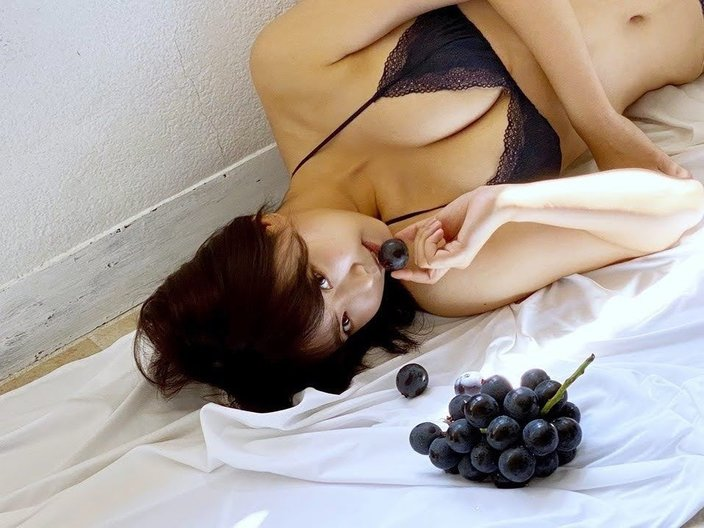 NMB48加藤夕夏「美乳が映える!」どっちが好き?EX大衆グラビアのオフショットを公開【画像2枚】の画像