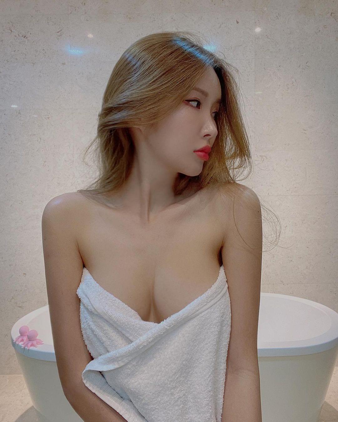 ガティタ・ヤン「はだけた胸元にゴクリ」バスタオルで身体を隠して…【画像2枚】の画像001