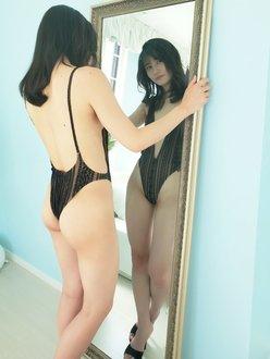 元HKT48江藤彩也香「急角度すぎるハイレグ姿!」オフショットでDVD発売をアピールの画像
