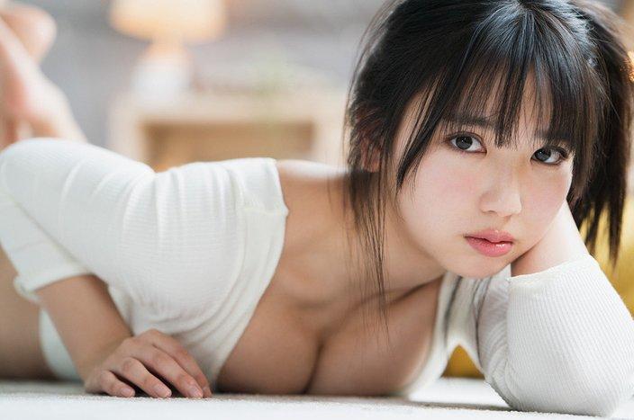 """""""カバーガール女王""""沢口愛華「寝そべってバストをムギュッ」甘える表情に胸キュンの画像"""