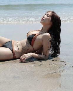佐野ひなこ「ビキニは映える美ボディがまぶしい」雑誌グラビアのオフショットを披露【画像2枚】の画像