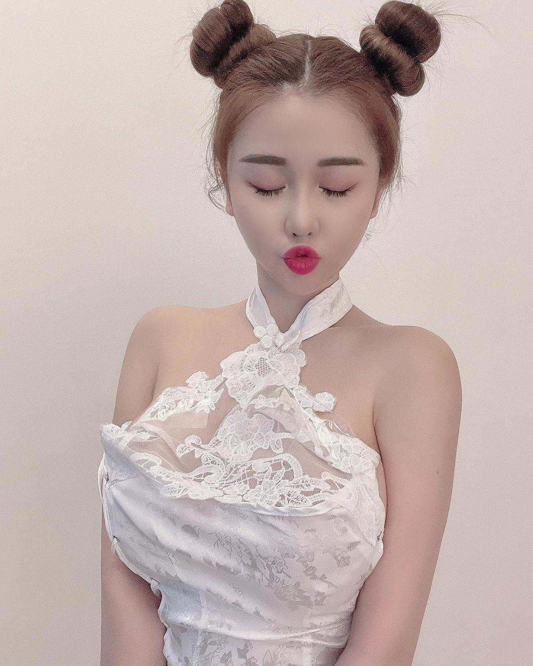 台湾人モデル・ジェナ「あなたの好みはどれ?」旧正月を祝うセクシーなチャイナドレス姿【画像5枚】の画像005