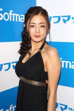 片山萌美「日本を代表するGカップ美女」は蠱惑的ヘアヌードも披露!の画像