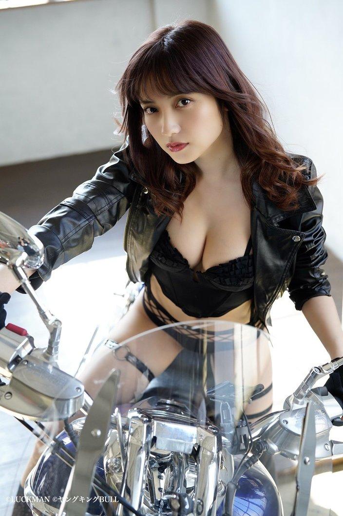 桃月なしこ「胸元全開でバイクに…」『ヤングキングBULL』アザーカットを大公開!【画像7枚】の画像