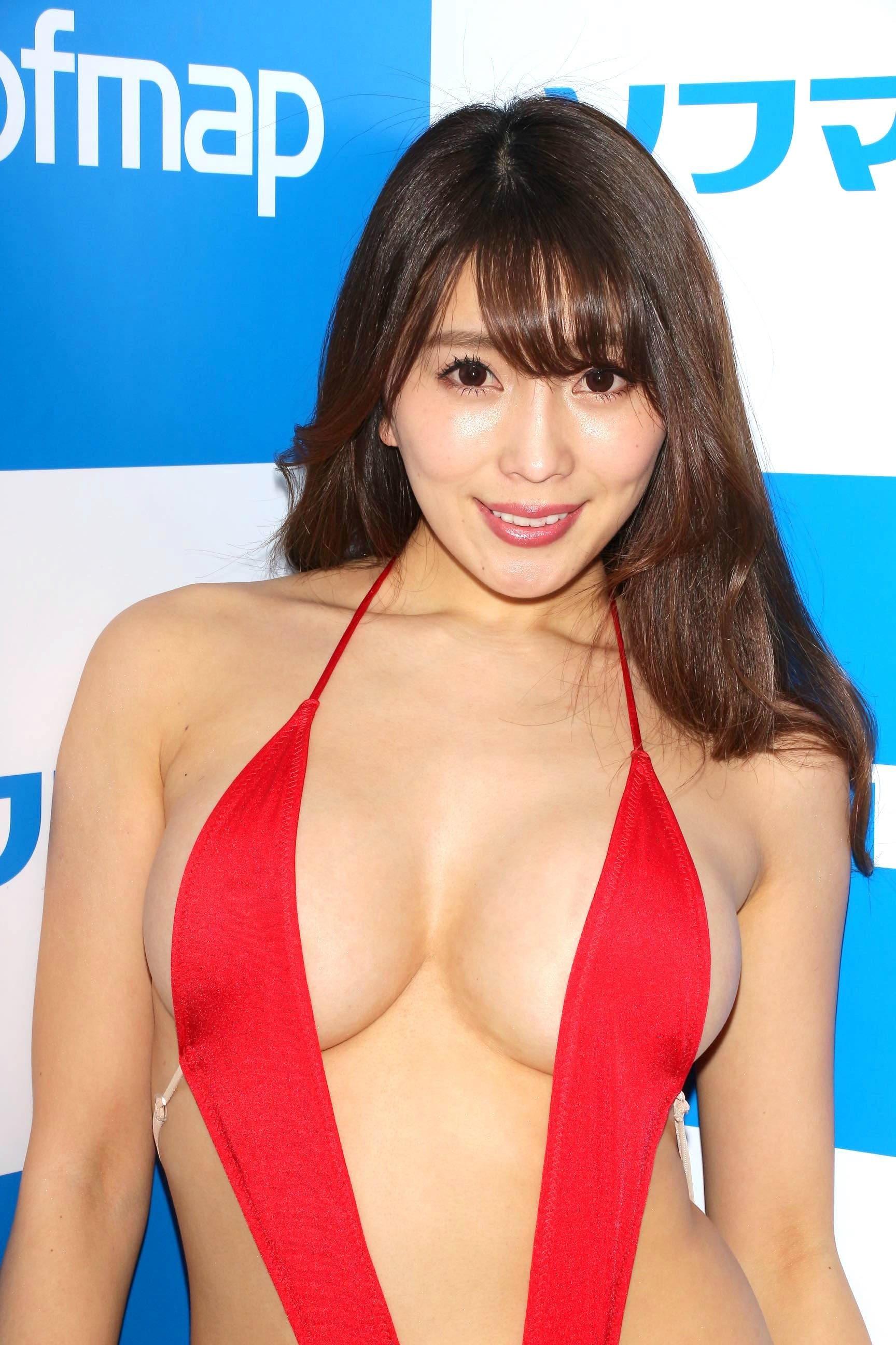 森咲智美「下乳も横乳も谷間も」超Vレグで全開に!【写真21枚】の画像009