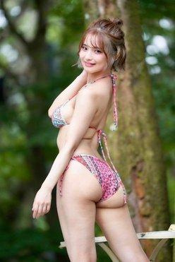 """""""童顔G乳""""片岡沙耶「ジューシーな美尻」バストラインもクッキリの画像"""