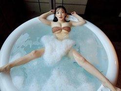天木じゅん「泡の向こうは丸ハダカ?」お風呂で大胆開脚ショットの画像