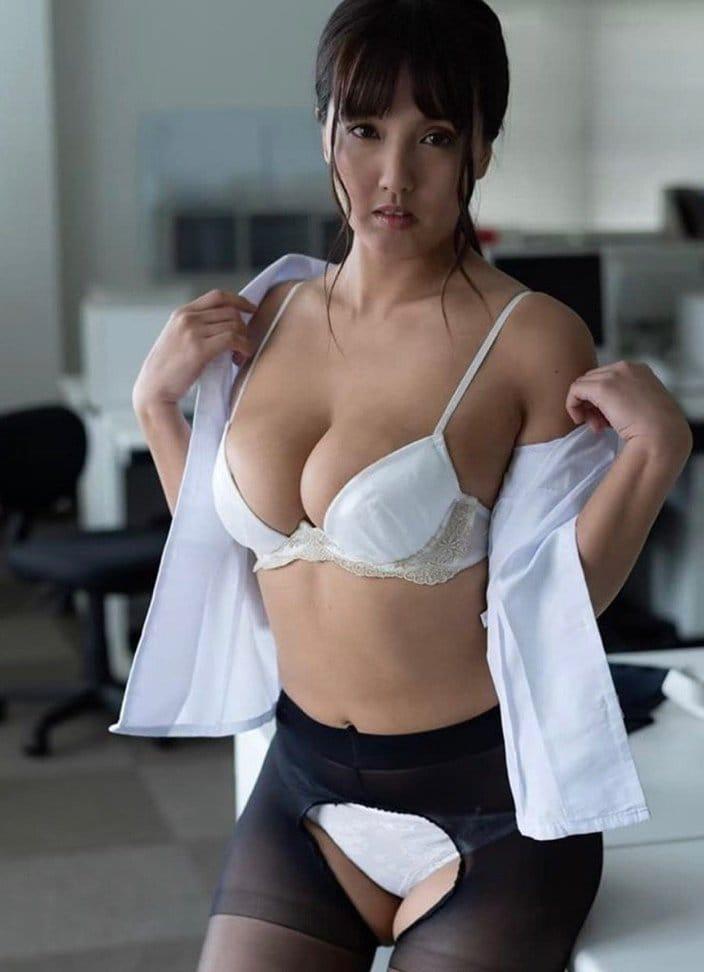 """""""乳圧女""""日里麻美「オフィスでエッチな下着姿に…」前開きストッキングに衝撃!の画像"""