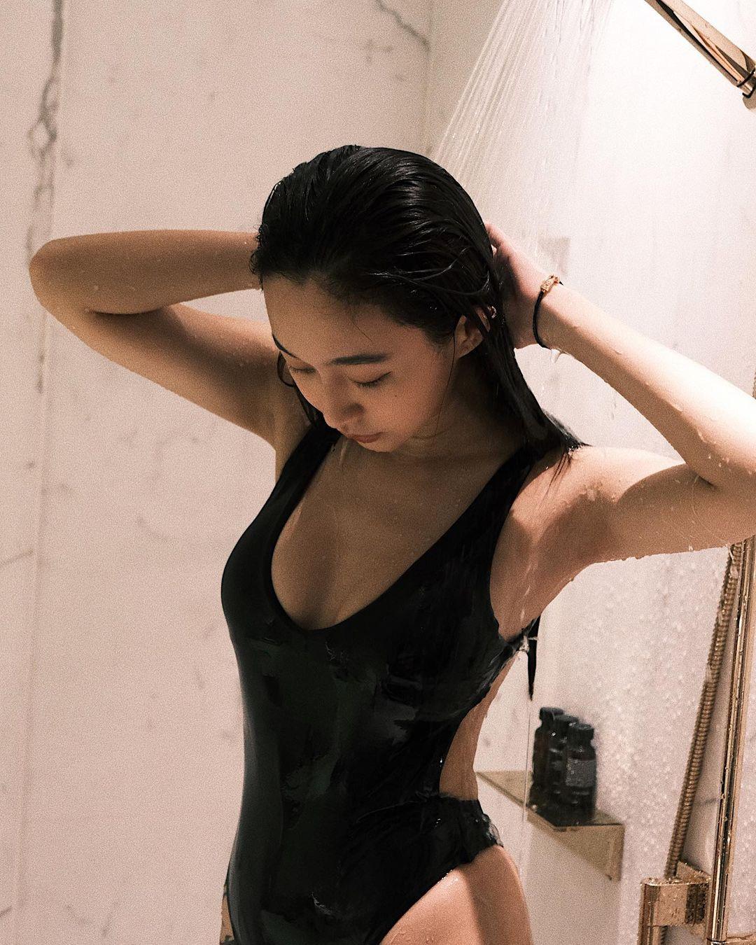 DJラク・イー「美尻が水を弾いて…」ハイレグ姿でのシャワーシーンを解禁【画像5枚】の画像001