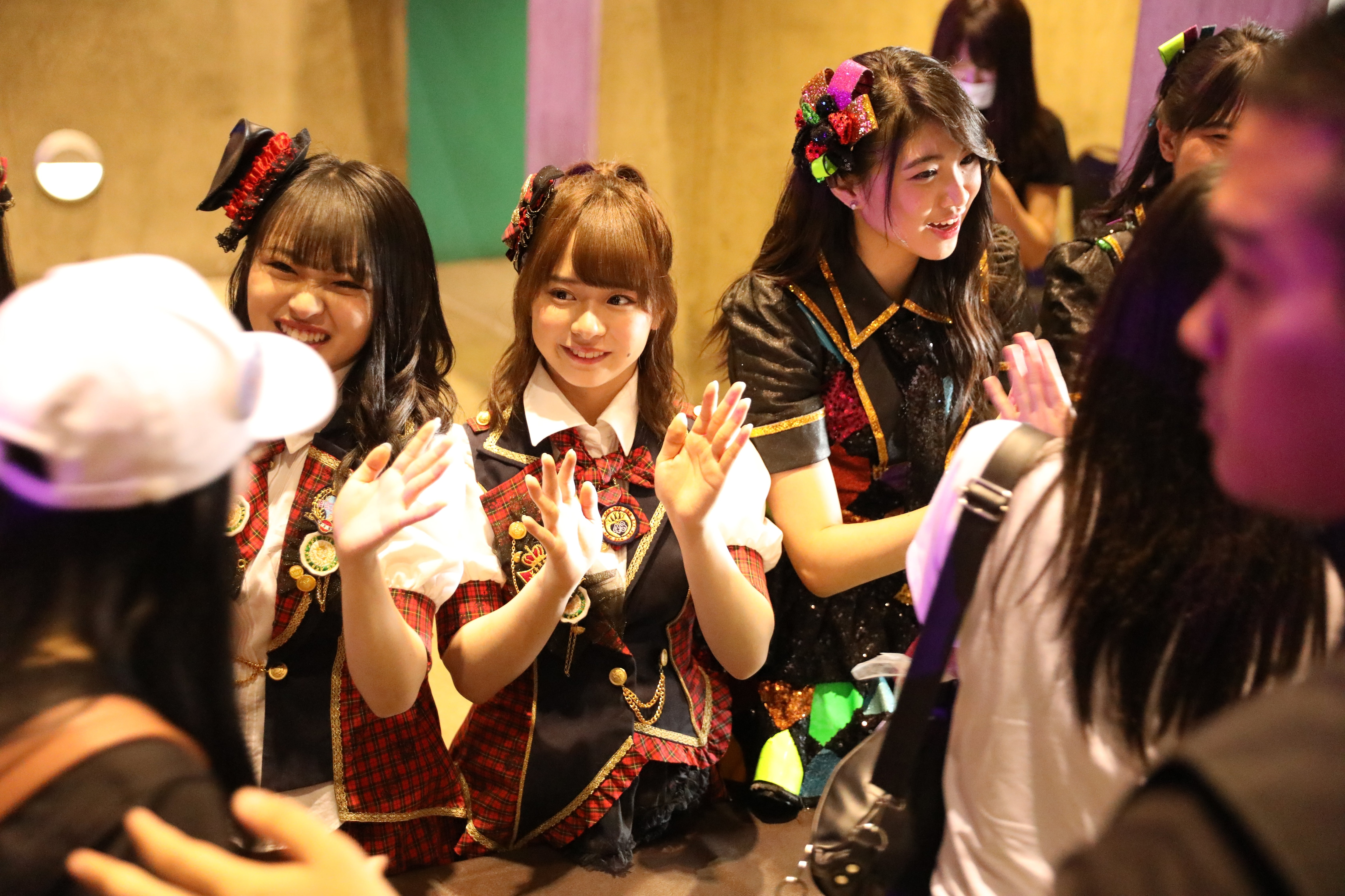 AKB48ほか、海外の姉妹グループが集結し『恋するフォーチュンクッキー』を熱唱!【写真23枚】の画像001