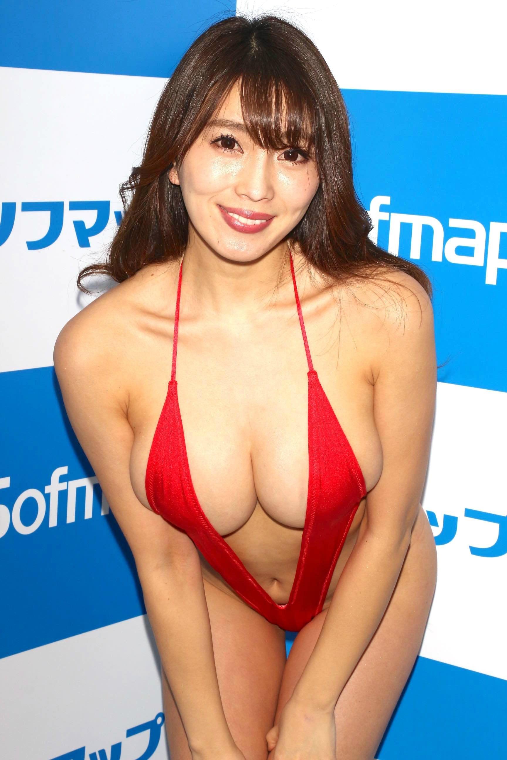 森咲智美「下乳も横乳も谷間も」超Vレグで全開に!【写真21枚】の画像014