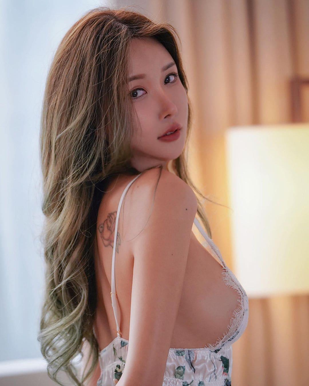 ガティタ・ヤン「裸エプロン風のセクシー横乳!」ツンと上を向いたお尻がセクシー【画像2枚】の画像001