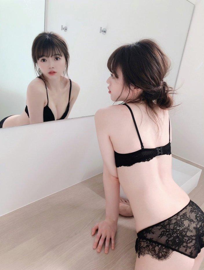 元STU48森香穂「鏡の前でセクシーに…」前からも後ろからも楽しめるアングルの画像