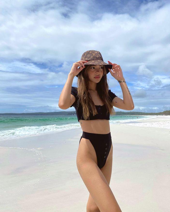 """リリー・メイマック「オーストラリアの""""ちっぱい""""モデル」角度が急すぎるハイレグビキニ【画像2枚】の画像"""