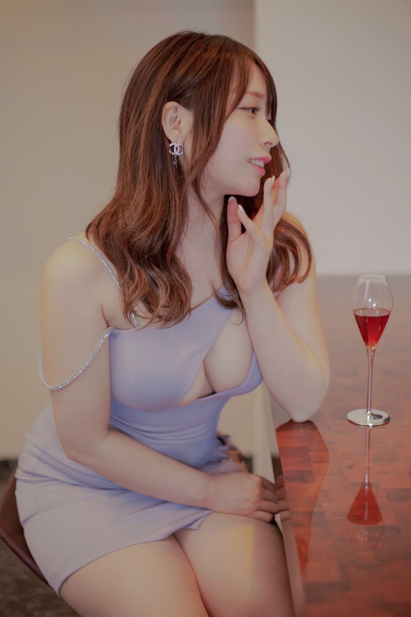 椎名煌「胸元ザックリのドレスで乾杯!」酔った顔も艶っぽすぎる【画像2枚】の画像001