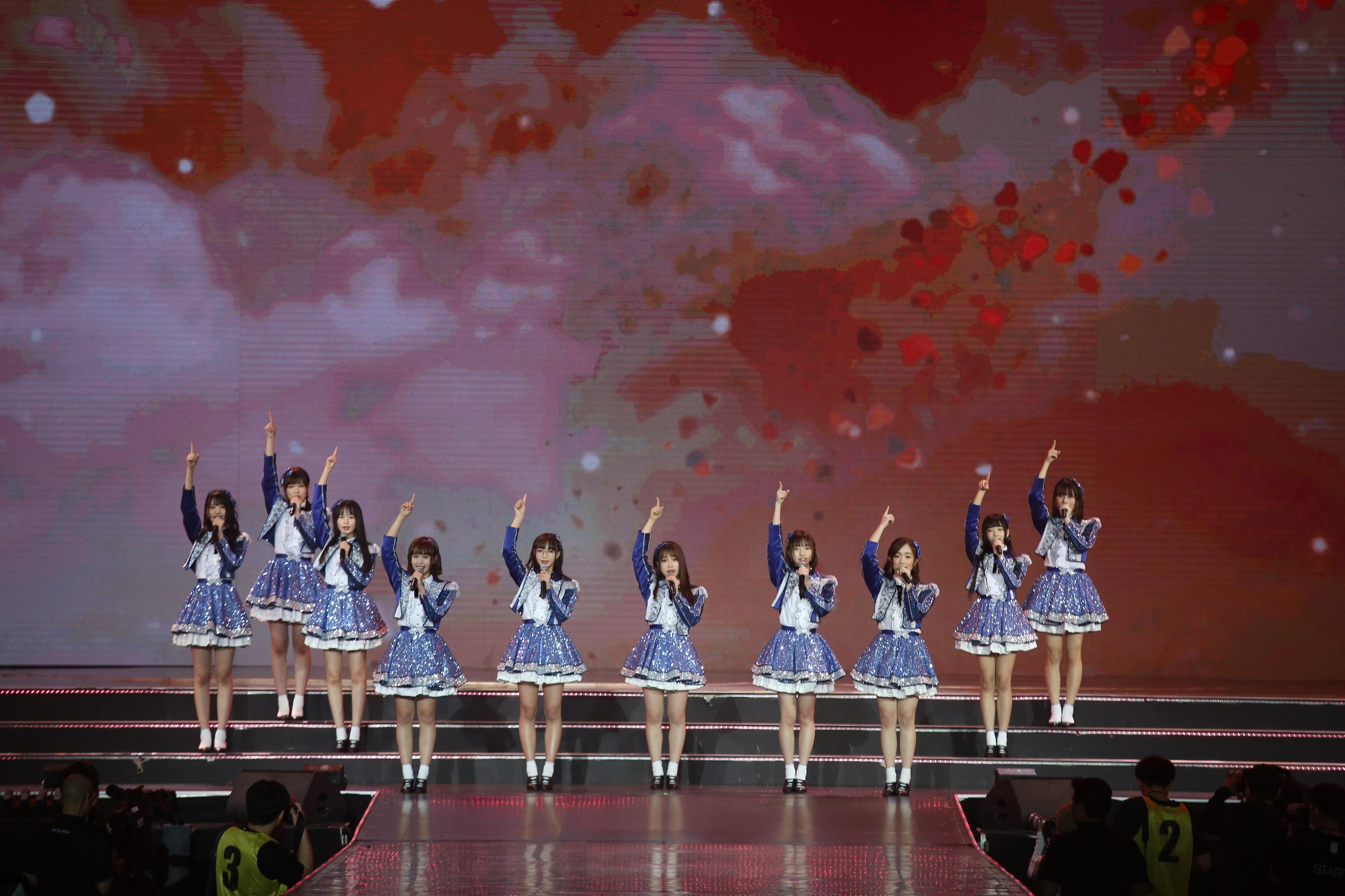 AKB48ほか、海外の姉妹グループが集結し『恋するフォーチュンクッキー』を熱唱!【写真23枚】の画像005