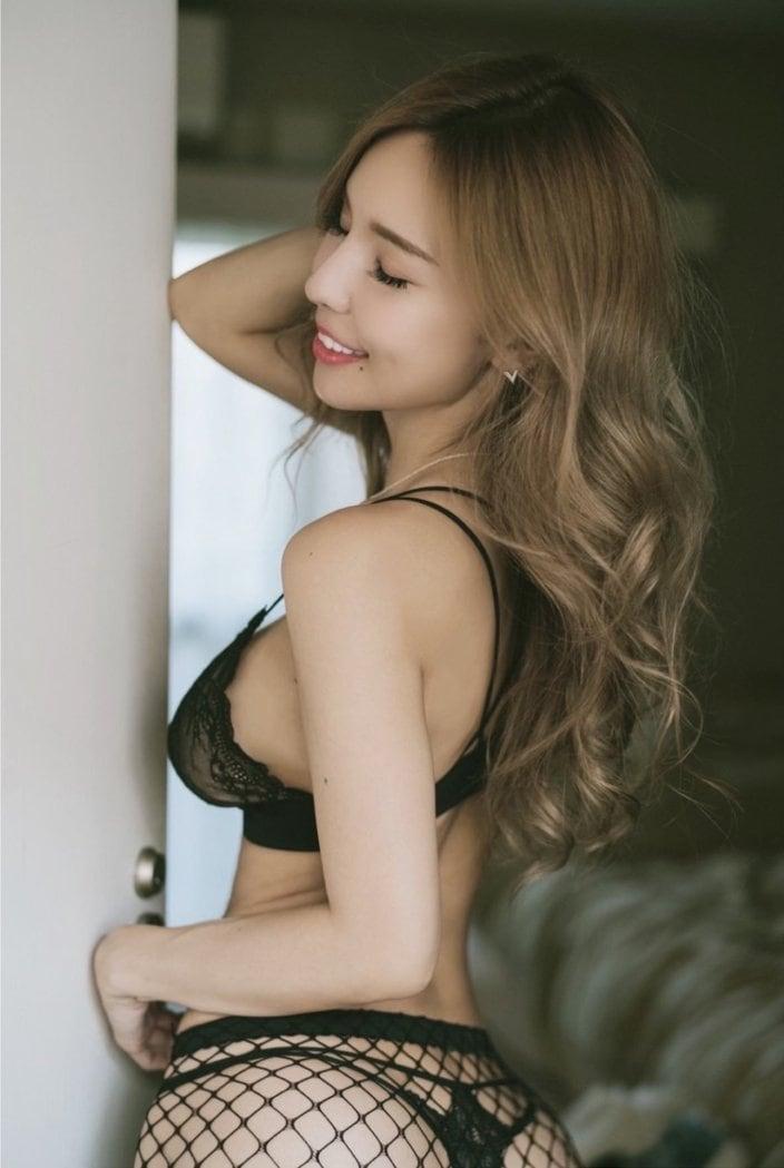 Iカップ美女・夏芽エレナ「キレイな横パイ」後ろ姿でエロスを醸し出すの画像