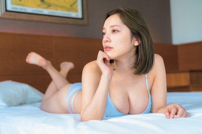都丸紗也華「パツパツの胸をドン!」アンニュイな横顔と下着も色っぽい…の画像