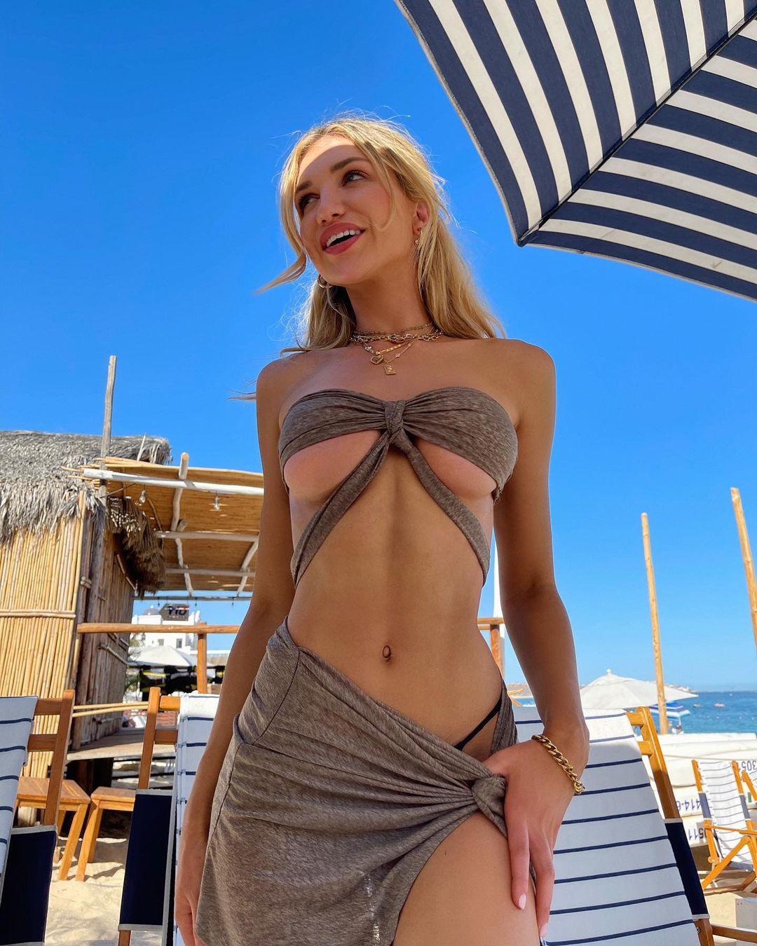 ガブリエラ・エプスタイン「美麗すぎる下乳が最高!」変形水着で浜辺を…【画像2枚】の画像002