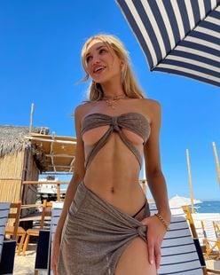 ガブリエラ・エプスタイン「美麗すぎる下乳が最高!」変形水着で浜辺を…【画像2枚】の画像