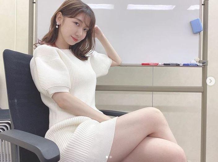 AKB48柏木由紀「勝ちにきてる女?」白のミニワンピでセクシー足組みの画像