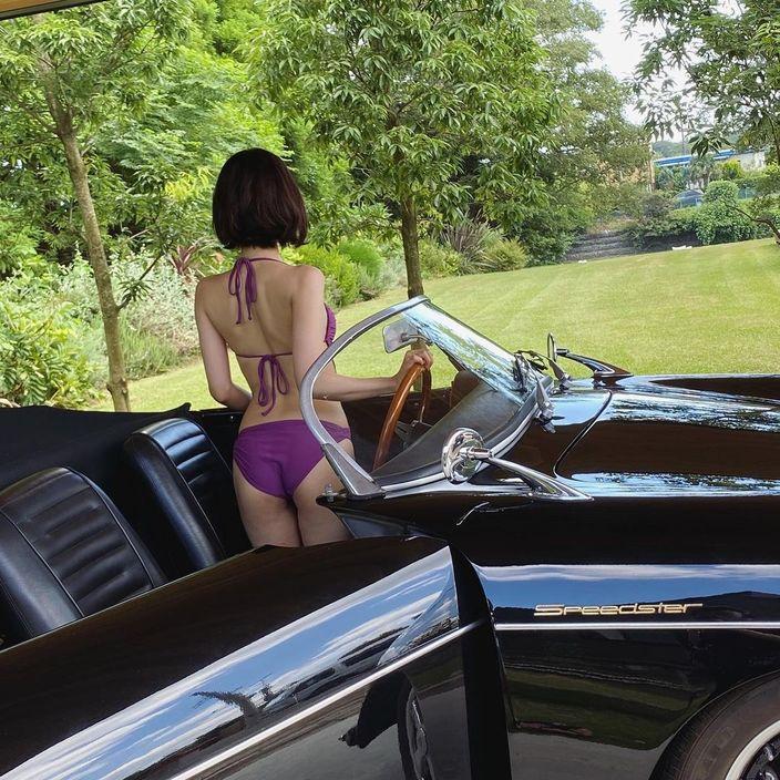 兒玉遥「高級車が映えるスタイル…」紫色のビキニに包まれた美尻を披露の画像