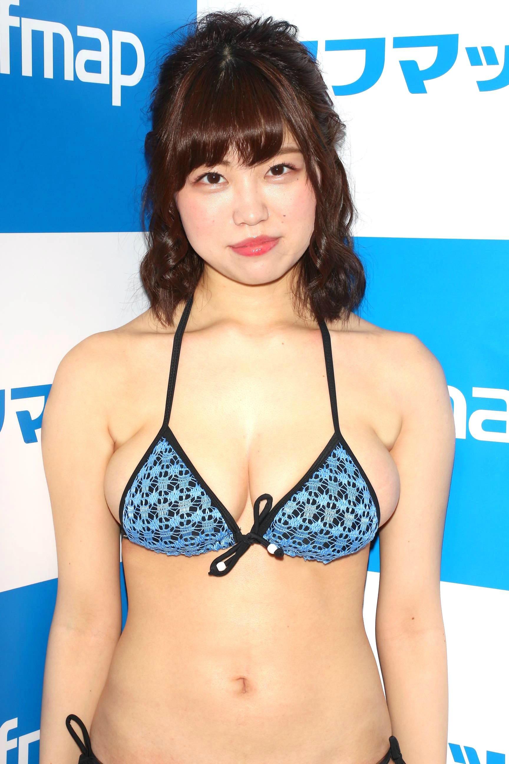 麻亜子「はみ出しバスト」が大爆発!【写真29枚】の画像006