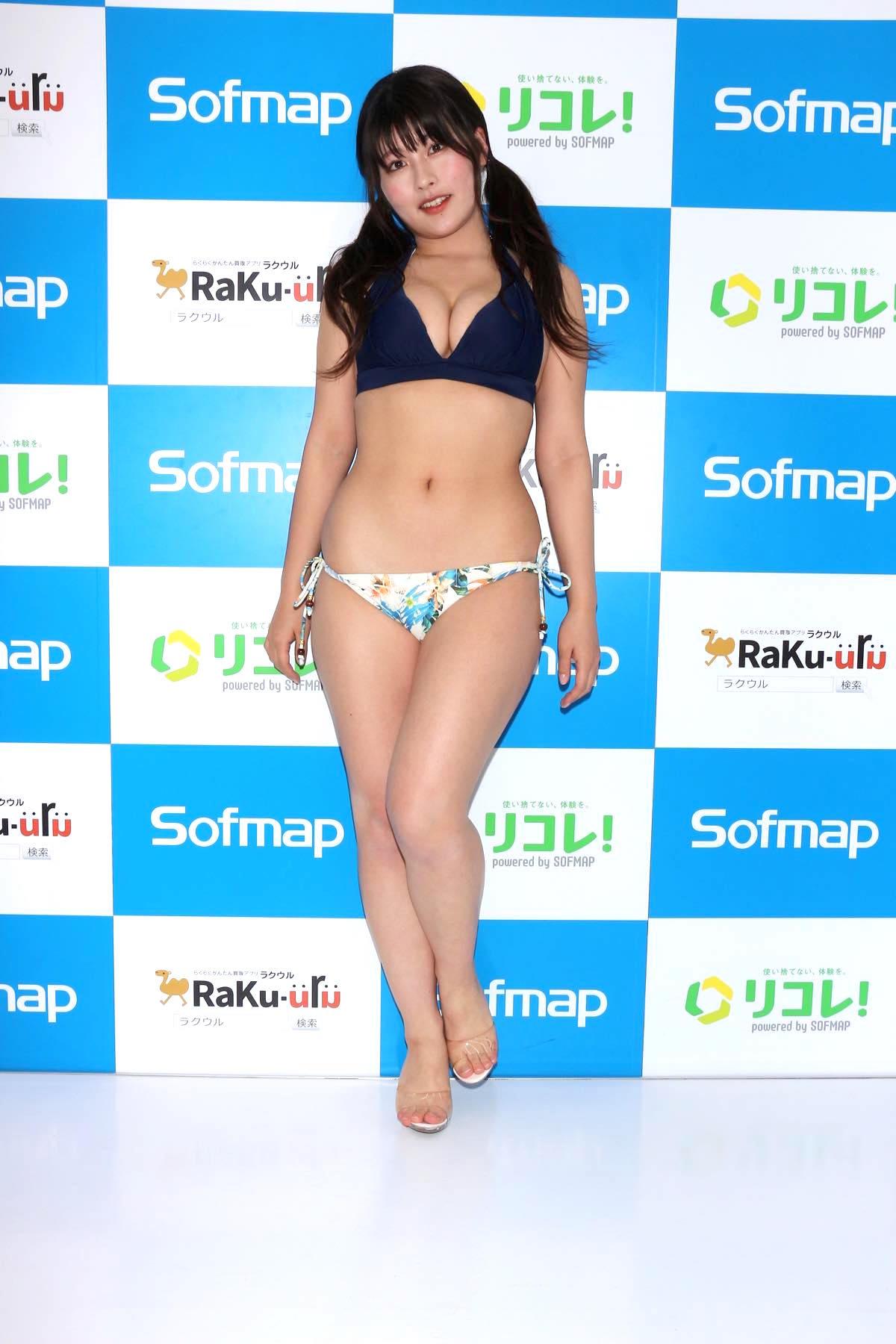 ちとせよしの「むちむちツインテール美少女」競泳水着で温泉入浴の画像002