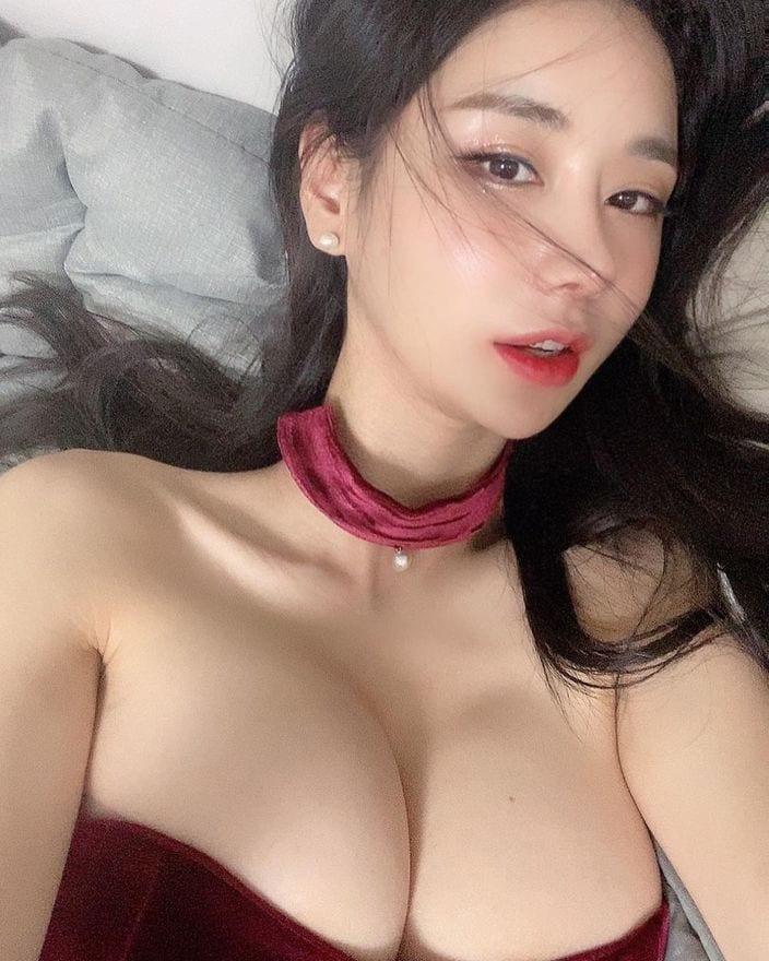 韓国モデル・キャンディ「エッチな表情にゴクリ…」大きなバストが写真に入りきらず【画像3枚】の画像