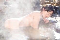 """""""妖艶美女""""西村禮「湯けむりの向こうは…すっぽんぽん」横乳とお尻で誘惑の画像"""