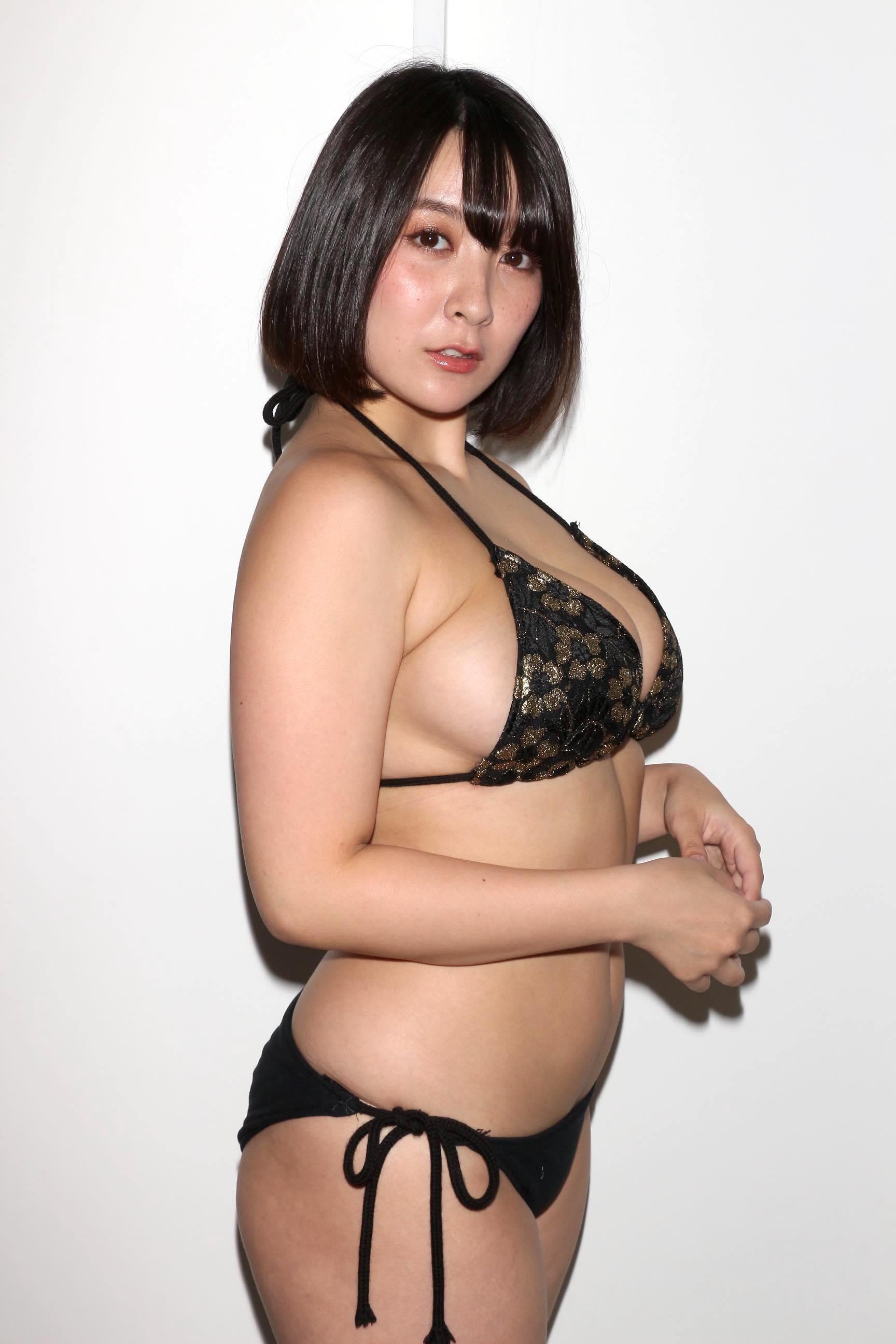 紺野栞「胸が成長しっぱなし」Hカップがキツくなっちゃった【写真28枚】の画像015