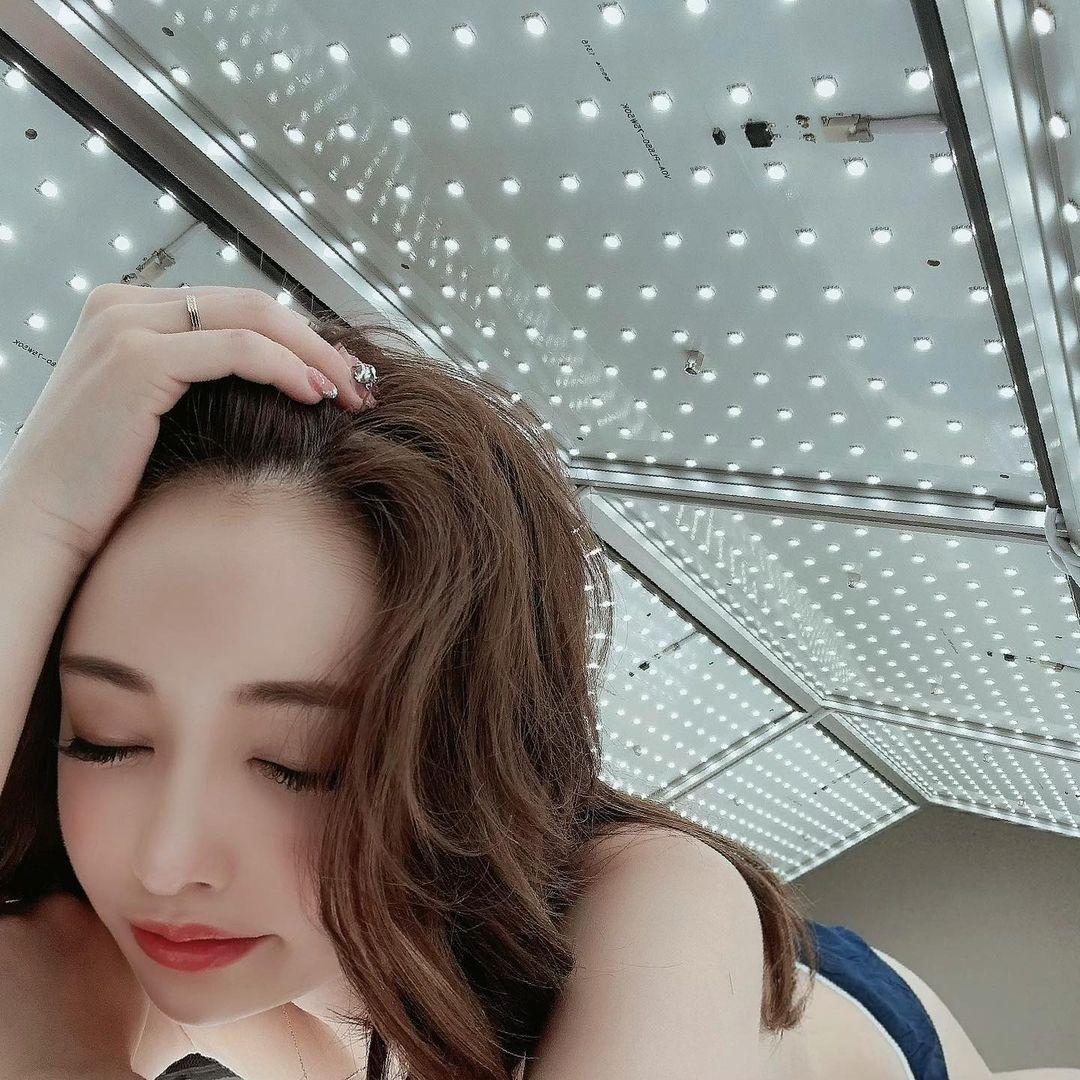 YouTuberサキ吉「施術中の衣装が気になる…」最新美容マシンでリラックスな様子を報告【画像4枚】の画像004