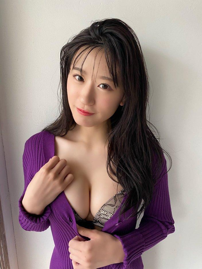 NMB48上西怜「カーディガンから美バストが…!」『漫画アクション』のグラビアオフショット【画像2枚】の画像