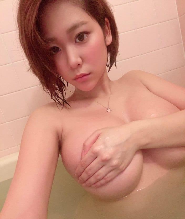 高杉杏「ギリギリの片手ブラ」濡れたボディも超絶セクシー!の画像