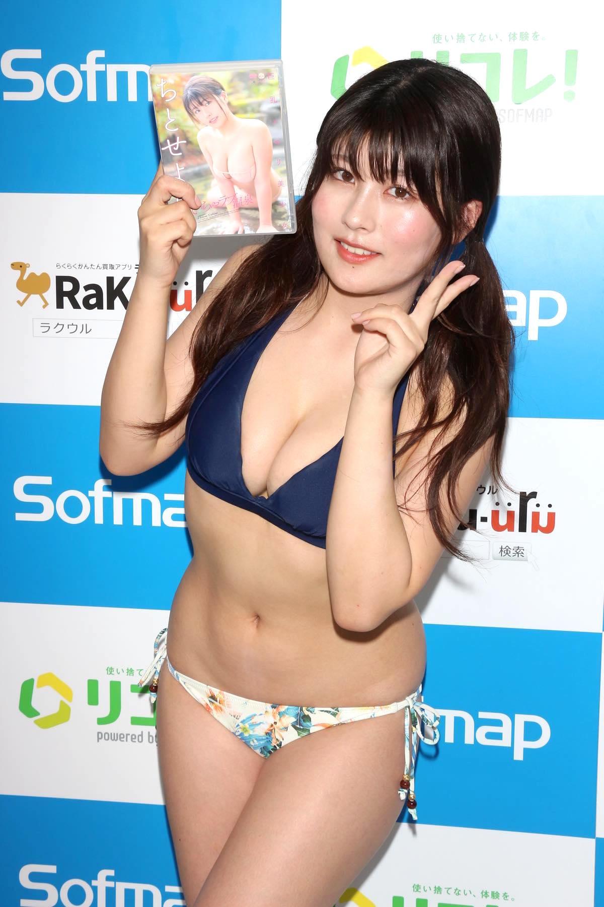 ちとせよしの「むちむちツインテール美少女」競泳水着で温泉入浴の画像037