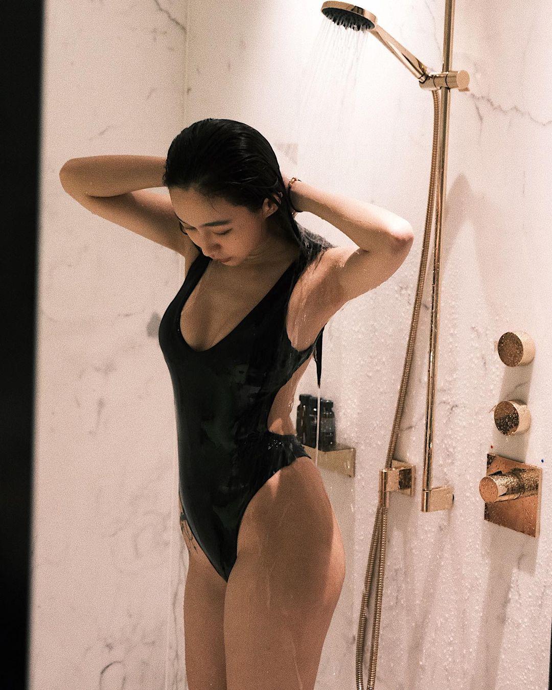 DJラク・イー「美尻が水を弾いて…」ハイレグ姿でのシャワーシーンを解禁【画像5枚】の画像003