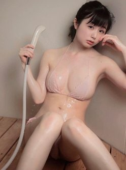 """""""SNS天使""""くりえみ「は、ハダカ!?」肌色ビキニで濡れ濡れの画像"""