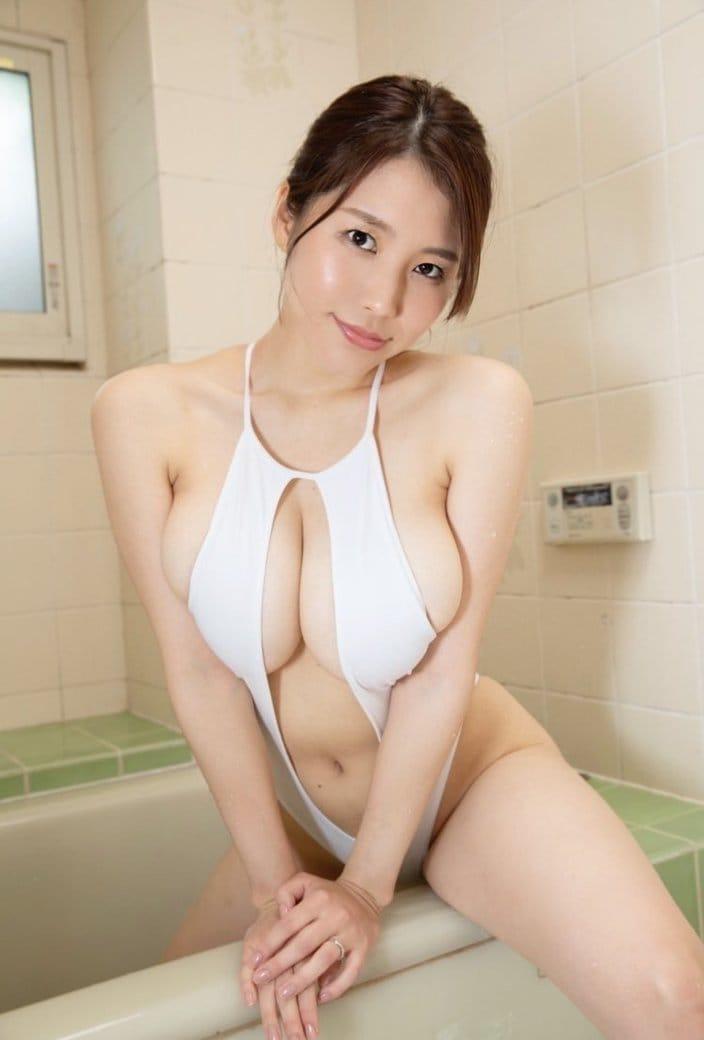夏来唯「純白水着から乳がはみ出しちゃった」至極のムッチリボディで誘惑の画像